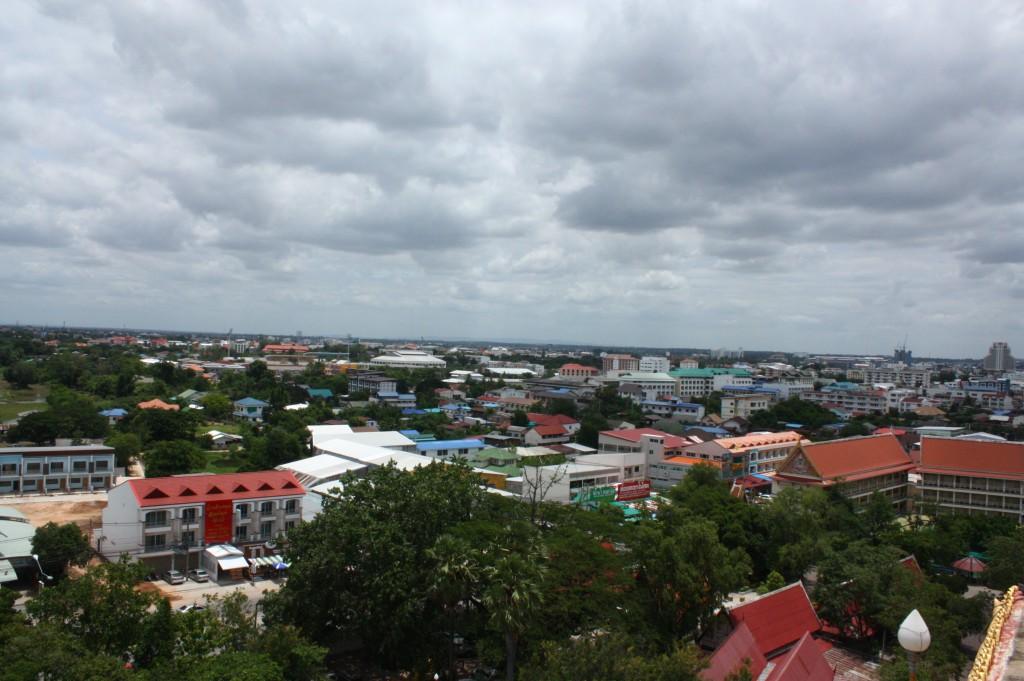 ขึ้นไปชั้นบนๆ มองทิวทัศน์โดยรอบ มองมามุมตัวเมือง ตึกราบ้านช่องและที่ทำกินของผู้คนในเมือง