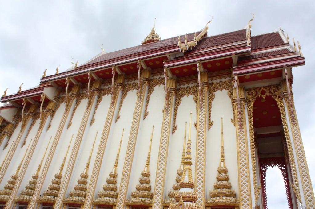 เข้ากราบนมัสการพระพุทธรูปในวิหารพระลับอันโอ่โถง