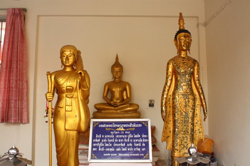 สักการะพระพุทธรูปรอบศาลาเพื่อความเป็นสิริมงคล