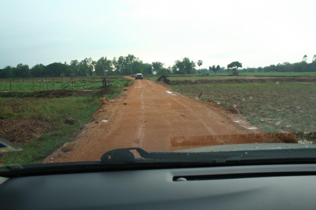 เส้นทางเข้าออกหลังจากพ้นหมู่บ้าน ถนนคับแคบมาก